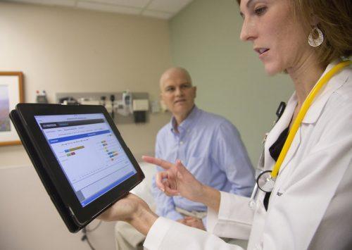 Bilde av en lege, en kreftpasient og en ipad