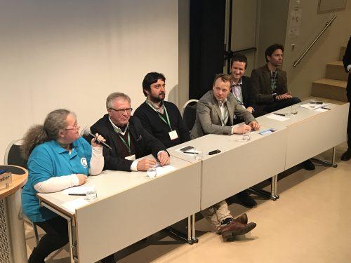 TENKETANK: Er teknologi + farmasøyt = bedre pasientbehandling? Det diskuterte panelet som bestod av (f.v) Rønnaug Larsen (Norges Farmaceutiske Forening), Hans Nielsen Hauge (lege og var med i utredningen av En innbygger-en journal), Irvin Cehajik (Sykehusapotekene), Inge Johansen (LMI), Alexander Rein (Apotek 1) og Øistein Thomassen (Liseapotekene).