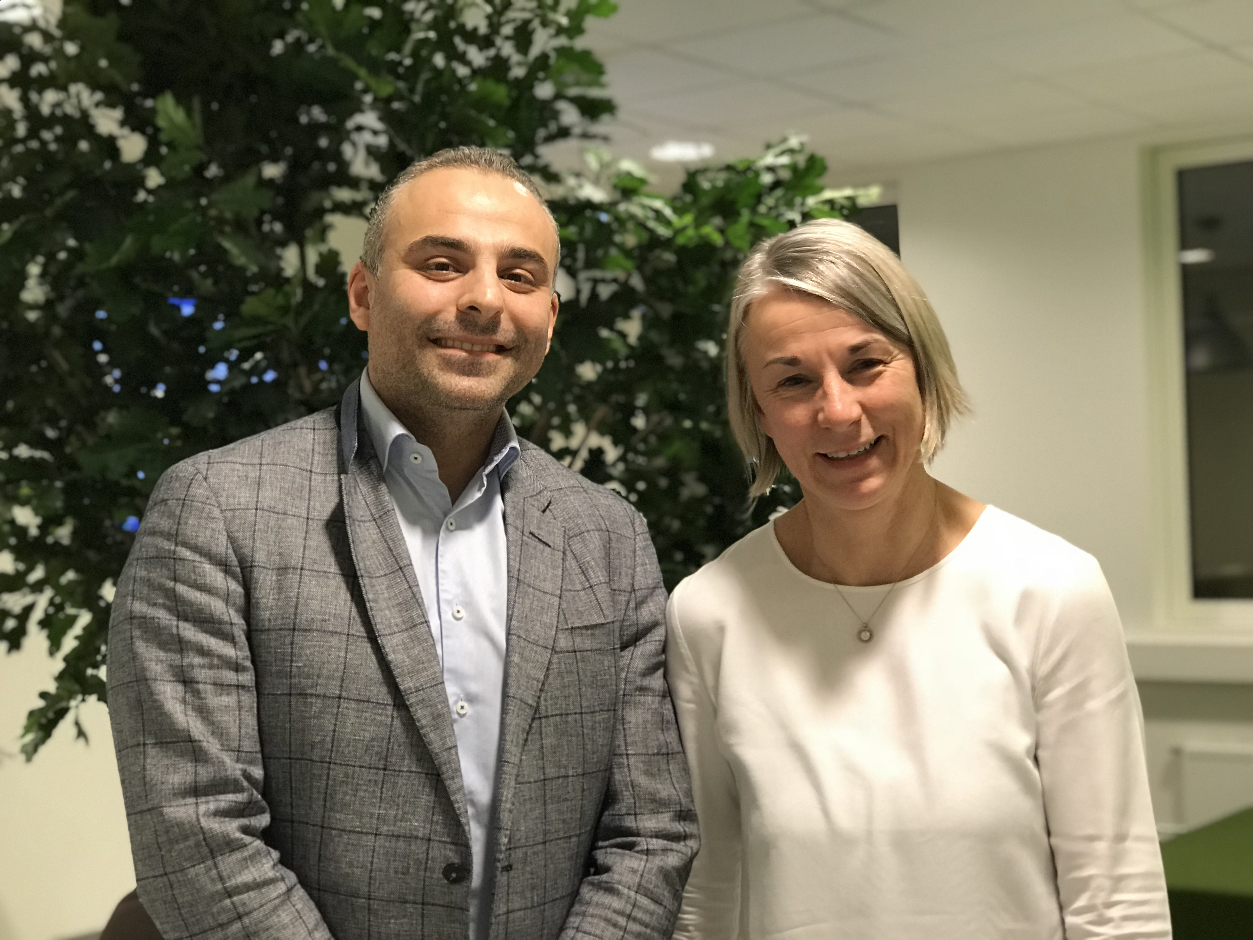 Bilde av Ali Areffard fra BMS og Jutta Heix fra Oslo Cancer Cluster som har invitert kreftekspertisen til Cancer Crosslinks.